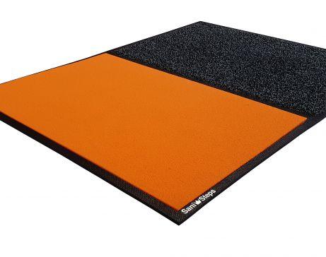 SaniSteps è il tappeto pratico e innovativo che ti permette di sanificare la suoladi chi entra nel tuo locale .